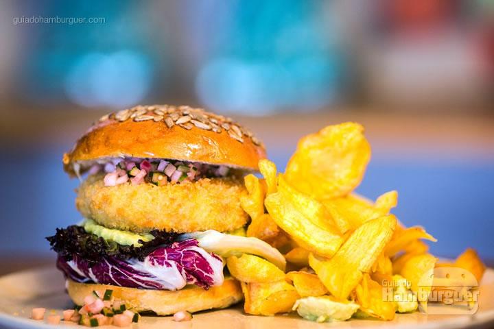 Atum Crocante - Burger de tartar de atum crocante em pão artesanal, relish de pepino e rabanete, creme de abacate com wasabi, chips caseiro de batata baroa (R$ 59) - 8º UOL Burger Fest Rio de Janeiro
