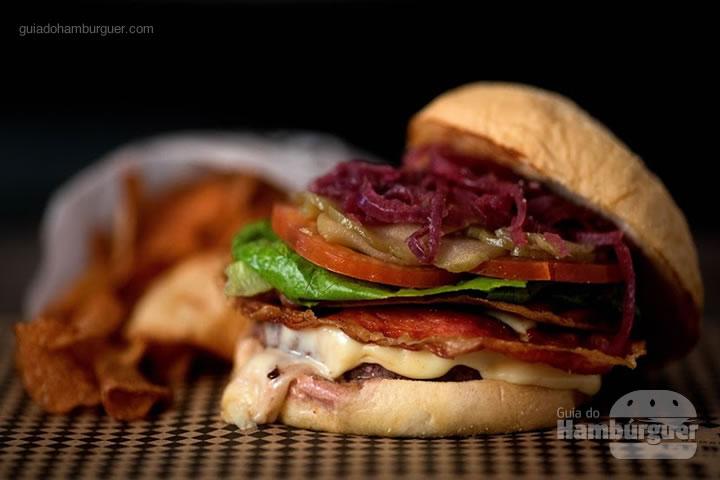 TT Burgerfest - 200g de carne TT Burger, queijo meia cura, presunto de parma, tomates frescos, alface romana, cebola agridoce, picles crocante e molho TT num pão de parmesão.(R$ 60). Na compra do TT Burgerfest, o cliente ganhará o novo