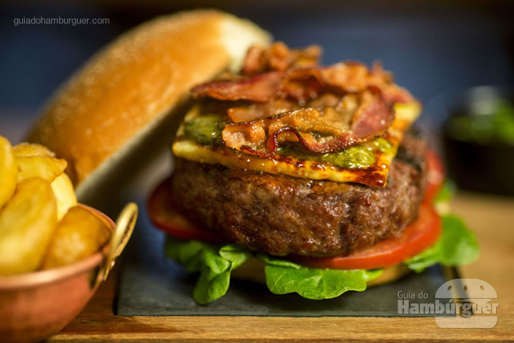 Prime Rib Burger - Burger 100% de costela bovina com alface, tomate, queijo coalho, picles de maxixe, geleia de pimenta, bacon crocante, no pão de batata, acompanha Fritas rústicas (R$ 57) - 8º UOL Burger Fest Rio de Janeiro
