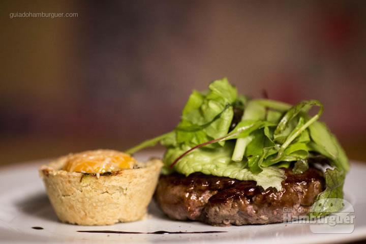 Hambúrguer com Salada Orgânica e Tortinha de Panc's - Hamburguer, 200g de fraldinha com entrecotê, salada orgânica com picles de funcho e mamão verde acompanhado de tortinha de panc's (beldroega, dente de leão, bredo, caruru), gema de ovo caipira e queijo da canastra gratinado (R$ 59) - 8º UOL Burger Fest Rio de Janeiro