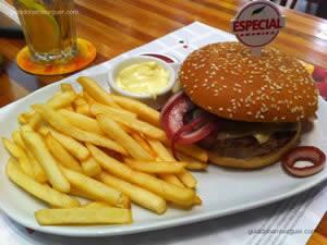 FreshOnionBurger Hambúrguer de 150g, queijo gruyère, cebola marinada no vinho tinto, endívias e maionese no pão com gergelim - America 10º Festival de Burger