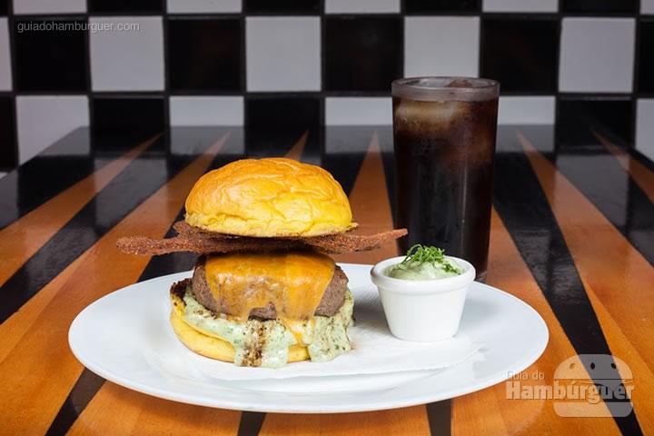 Wimpy Burger, 200 gramas de blend da raça Red Angus, molho de ervas, queijo cheddar inglês Joseph Heller e bacon artesanal empanado, servido no pão artesanal de brioche por R$ 31,00. - 8º UOL Burger Fest Belo Horizonte