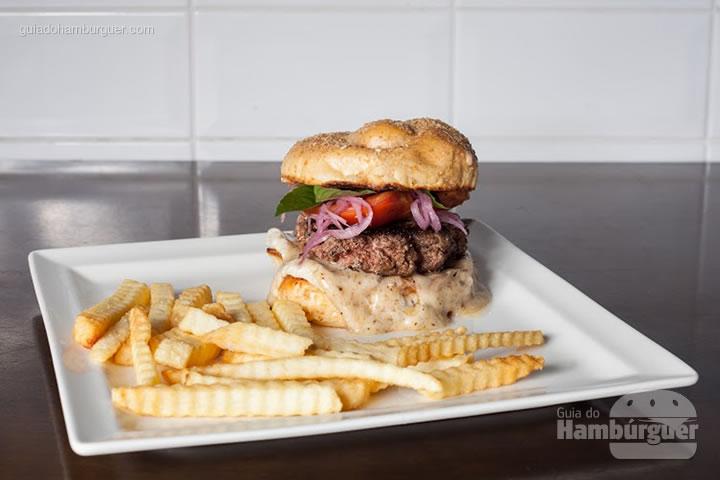 Al Capone, pão de pretzel, leva requeijão trufado, blend de carne bovina (170 gramas), tomate assado,  picles de cebola roxa e folhas de manjericão (basilico) por R$27,00 - 8º UOL Burger Fest Belo Horizonte