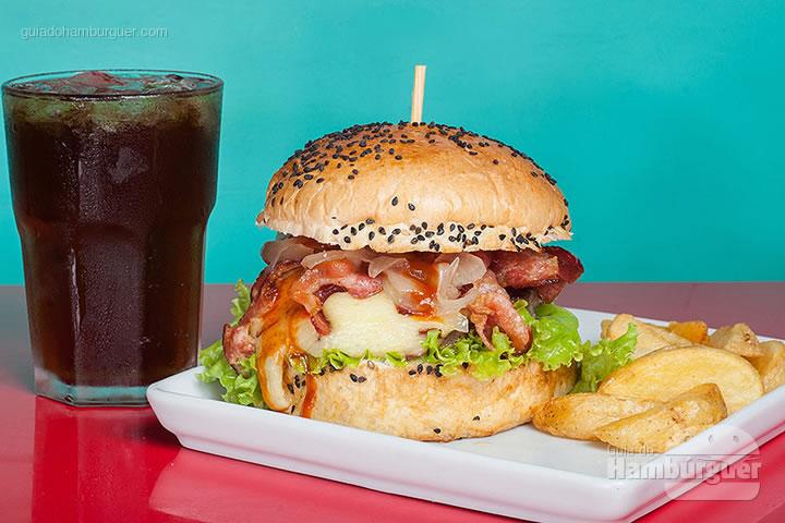 Ghost, hambúrguer de picanha (160 g), coberto por requeijão, alface, cebola agridoce, lâminas crocantes de bacon e molho barbecue da casa, servido no pão com gergelim preto. Batatas rústicas acompanham por R$ 28,90 - 8º UOL Burger Fest Belo Horizonte