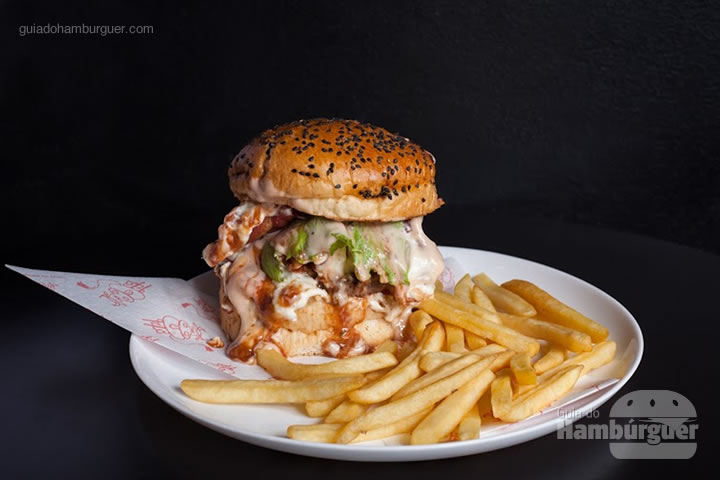 Mandel, 160 gramas de hambúrguer preparado com picanha, salada marroquina, creme de queijo com alho e cebola, bacon crocante, alface, tomate, molho rosé com orégano e molho Barbecue, servido no pão branco com gergelim por R$ 27,90 - 8º UOL Burger Fest Belo Horizonte
