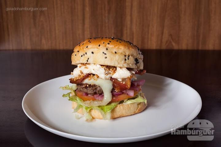 Pocket Angus,  hambúrguer com blend de cortes da raça Angus, mussarela de búfala, maionese, alho frito, cebola caramelizada, bacon, alface americana e tomate maçã, servido no pão de gergelim por R$ 35,90. - 8º UOL Burger Fest Belo Horizonte