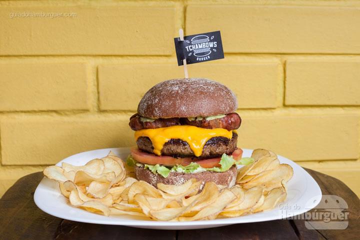 Tchambows DDT, pão australiano, hambúrguer artesanal de picanha, cebola enrolada em tiras de bacon, alface americana, tomate e a maionese Tchambows, acompanhado de batata chips por R$ 30,00 - 8º UOL Burger Fest Belo Horizonte