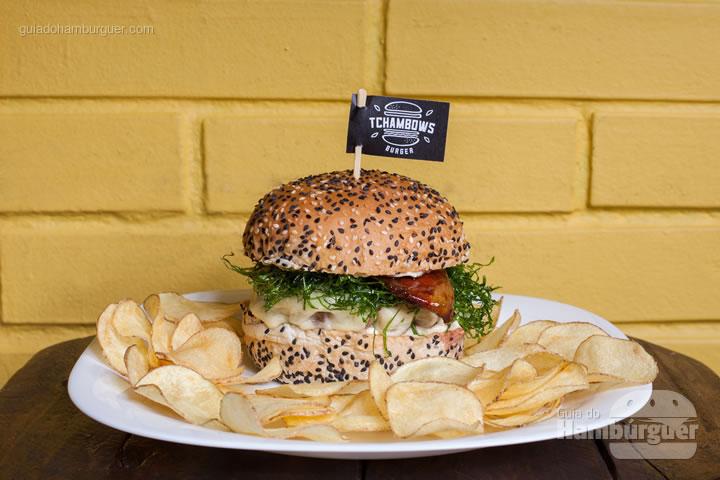 Tchambows UAI, pão com gergelim, hambúrguer artesanal (220 gramas), queijo-de-minas derretido, crisp de couve, bacon caramelizado no melado de cana e molho de maionese de alho por R$ 26,00. - 8º UOL Burger Fest Belo Horizonte