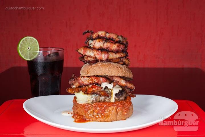ô de Bacon a vida, 200 gramas de blend de carne bovina,  queijo-de-minas padrão, maionese de bacon, bacon artesanal caramelizado no melaço de cana, onion rings envolta no bacon e ketchup de bacon, servido no pão artesanal australiano. Bacon onion rings (porção de cebola frita e empanada) acompanham por  R$ 29,90 - 8º UOL Burger Fest Belo Horizonte