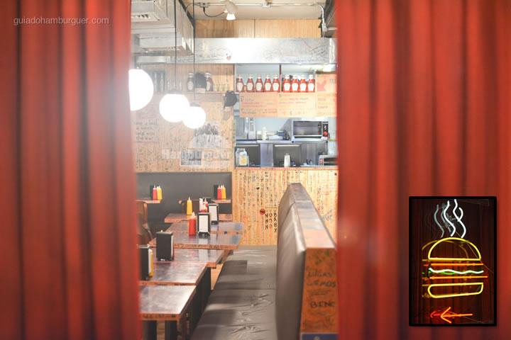Cortinas vermelhas - Por trás das cortinas vermelhas do Burger Joint