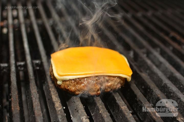 Queijo sobre o hambúrguer - Por trás das cortinas vermelhas do Burger Joint