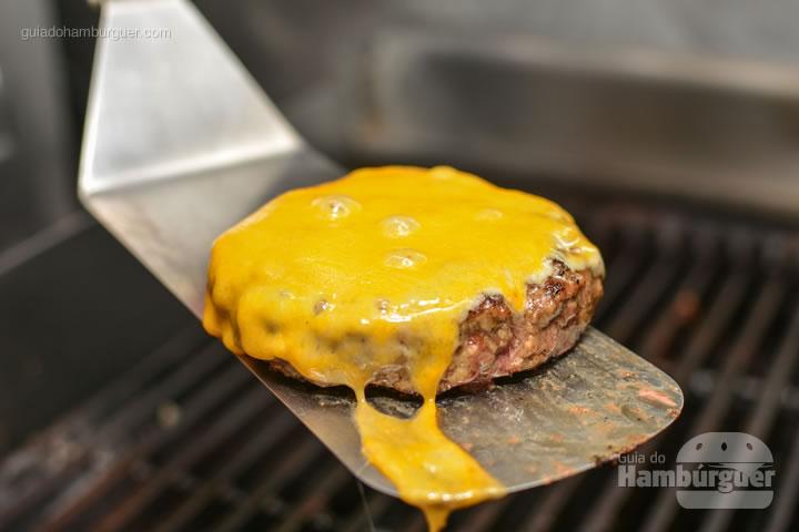 Queijo derretido na salamandra - Por trás das cortinas vermelhas do Burger Joint
