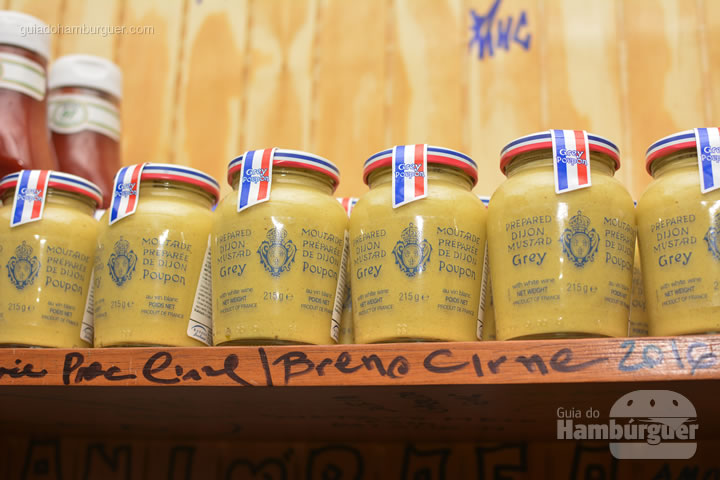 Mostarda Grey Poupon - Por trás das cortinas vermelhas do Burger Joint
