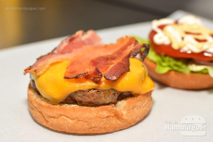 Bacon Works - Por trás das cortinas vermelhas do Burger Joint