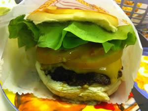 Cheese salada (x-salada) com hambúrguer tradicional, queijo palmira e maionese a parte - Zé do Hamburger