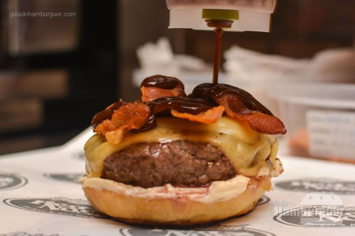 Finalizando com molho barbecue - Red Nose Burger & Hot Dog