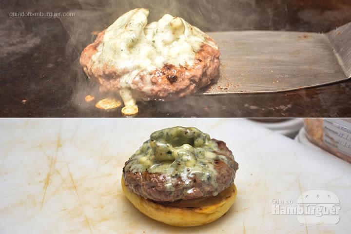 Assim que o gorgonzola derrete tá na hora de montar - Red Nose Burger & Hot Dog