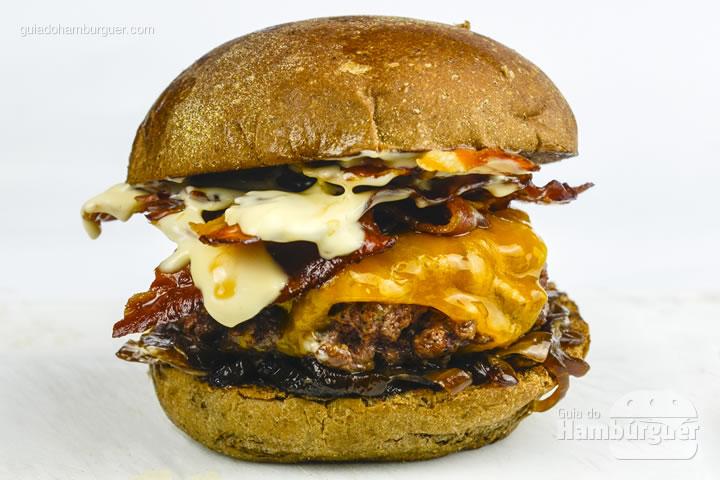 Sanja, pão australiano, hambúrguer artesanal de 150g, cheddar inglês, cebola caramelizada, bacon e maionese defumada no pão australiano