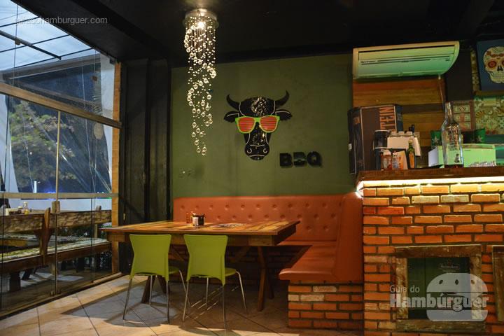 Mesa na entrada da casa - Hamburgueria BBQ