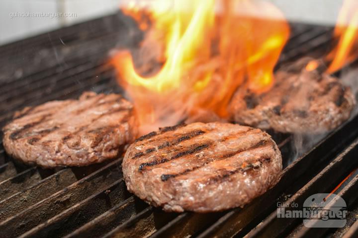 Hambúrguer pronto para receber o queijo - All Bros Burger
