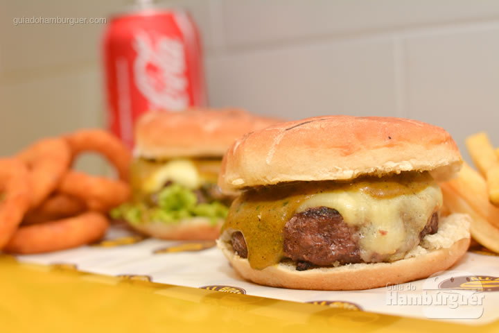 Combo com fritas e onion rings - All Bros Burger