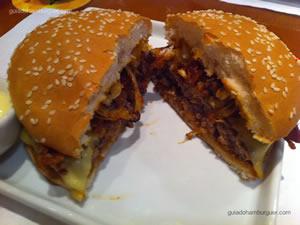 Barbecue Burger (hambúrguer de 150g com queijo prato derretido, bacon crocante, cebola grelhada e molho barbecue, no pão com gergelim) e maionese a parte - America