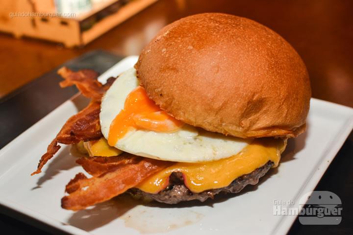 Camões burger e a gema escorrendo - Paulista Burger em São José dos Campos