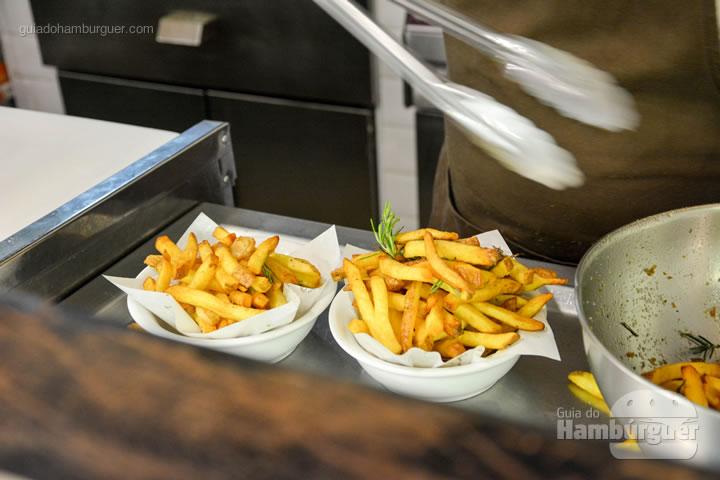 Montando a porção de fritas - Smoked Burger's