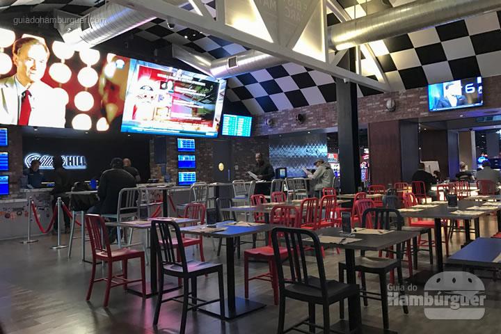 Espaço para assistir os jogos - Umami Burger em Las Vegas
