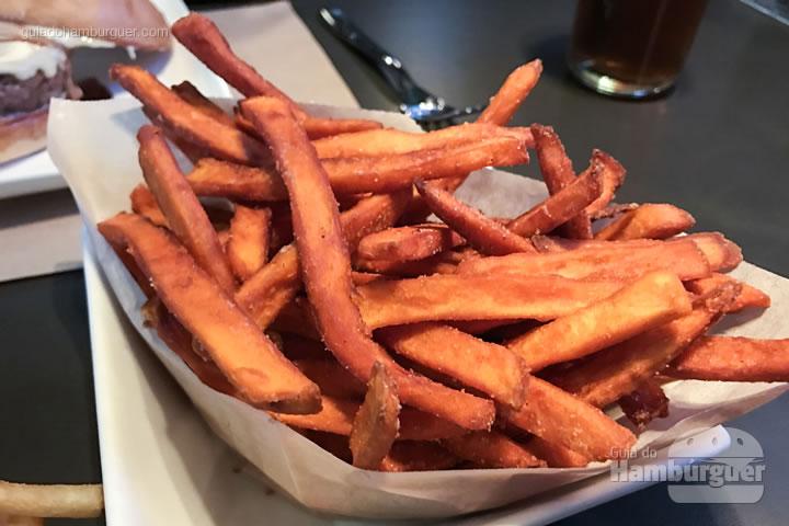 Sweet fries (batatas doces laranjas fritas) - Umami Burger em Las Vegas