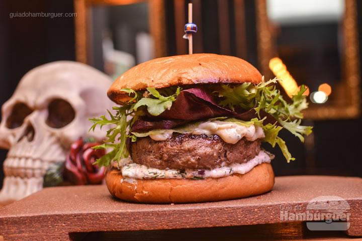 hambúrguer de cordeiro temperado com tequila, queijo cottage com dill e hortelã, molho hollandaise e salada