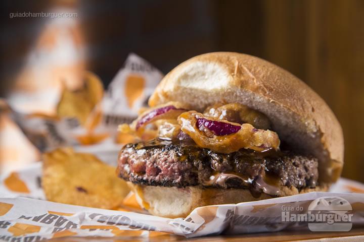 hambúrguer com molho de cerveja defumada (Rauchbier) e onion rings no pão de hambúrguer. Acompanha chips de batata - R$ 28 - Ambar Cervejas Artesanais