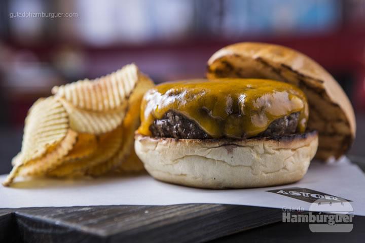 hambúrguer Dry Aged DeBetti com cheddar inglês e batatas waffle - R$ 44 - Bar Astor