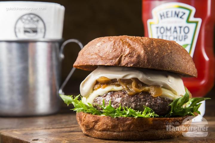 Bruto no sabor, a versão para o Burger Fest é preparada com pão australiano, burger com blend da casa de 165g, queijo provolone, maionese de cerveja preta, cebola na manteiga e alface frisée - R$ 29,90 - Dock Burger