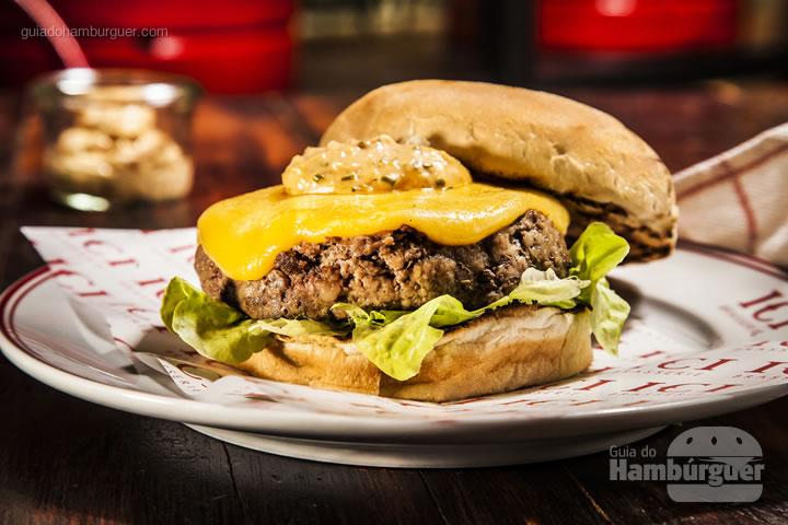 Burger, spicy mayo, queijo, alface e picles de pepino - R$ 33 - ICI Brasserie
