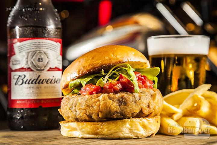 Hambúrguer de angus, empanado, recheado com queijo prato, servido com maionese de manjericão molho de tomate frescos e rúcula Baby, no pão Brioche acompanhado de Chips de batata doce ou batata canoa - R$ 35,90 Combo: Burger + Budweiser R$ 47,90 - Johnnie Wash