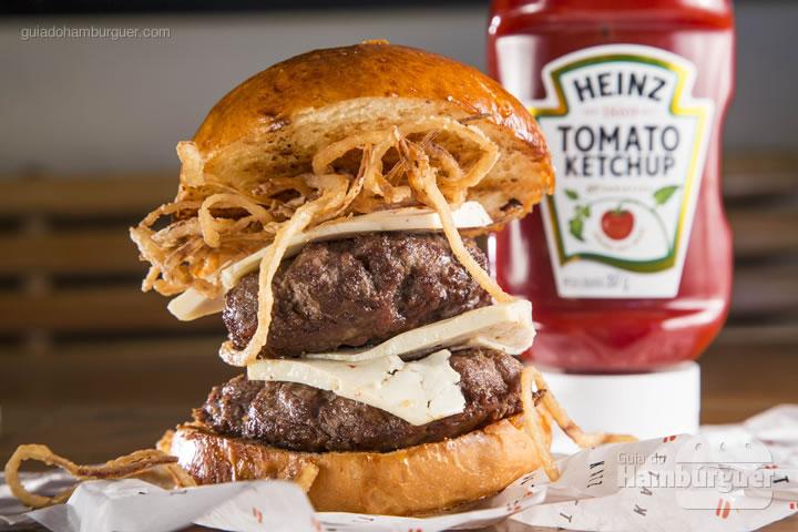 duplamente delicioso. 200g de hambúrguer Black Angus servido no tradicional pão de brioche com queijo levemente picante acompanha cebola crispy e molho especial - R$ 35,00 - Katz Burger House