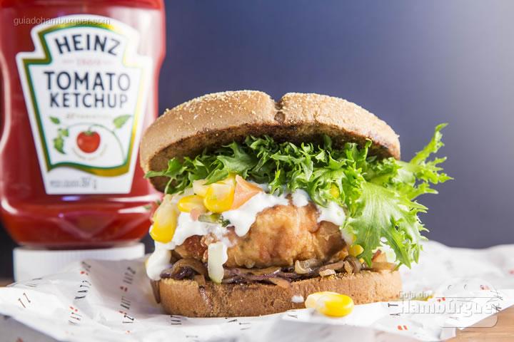 hambúrguer de frango crocante acompanha cebola caramelizada, relish de milho  alface frizè  e molho a base de catupiry servido no pão australiano - R$ 29,00 - Katz Burger House
