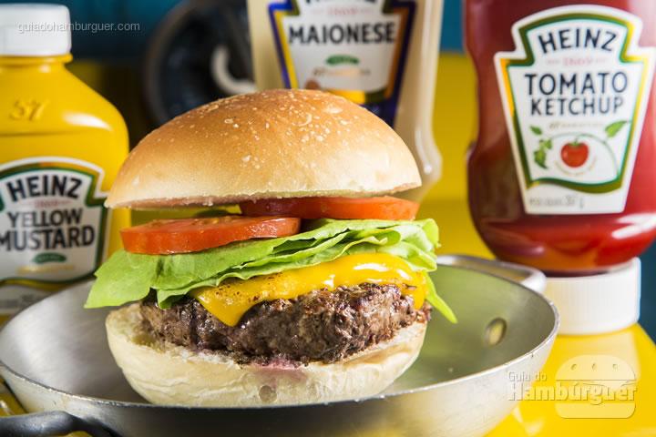 pão de burger, 180g de burger de costela ,queijo cheddar fatiado , gorgonzola , alface lisa , tomate e pepino em conserva. Acompanha batata holandesa e maionese verde – R$ 29 - Laundry Deluxe