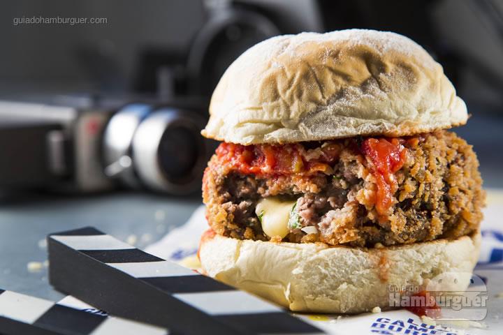 Pão ciabatta, com polpetone empanado e recheado com mussarela. Dê um UP no seu burger com o molho rústico com um leve toque de pimenta Tabasco e parmesão gratinado - R$ 30 - Luz, Câmera, Burger!