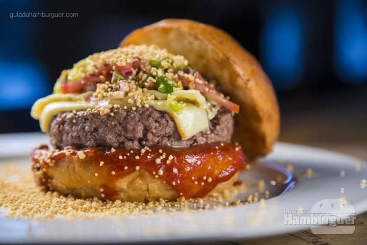 Brioche de mandioquinha, ketchup de maracujá, burger 180g acém peito e pescoço, queijo coalho, vinagrete paraense com jambu,  tucupi e chuva de farinha d'água – R$ 34 - Meats