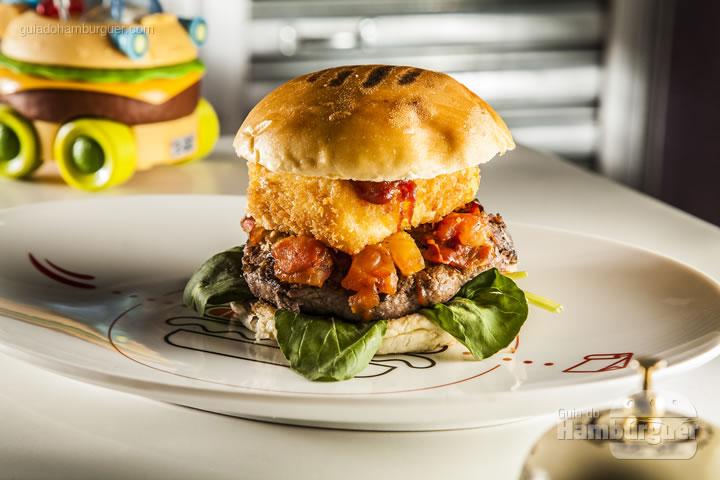 hambúrguer de fraldinha com bacon, tomate italiano assado com ervas, queijo empanado e rúcula no pão brioche – R$ 25 - Merenda de Rua