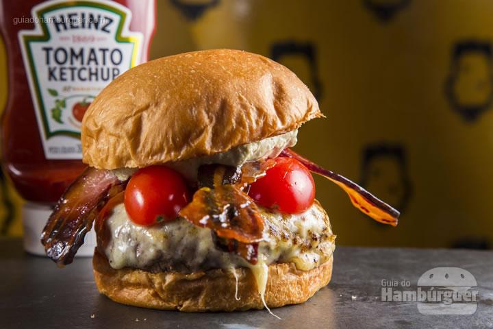 Pão Brioche, Monkey Blend de 200g, queijo provolone Maçaricado, Bacon Caramelizado, Tomate Confit e Maionese de Manjericão – R$ 30 - Monkey Burger n' Shake