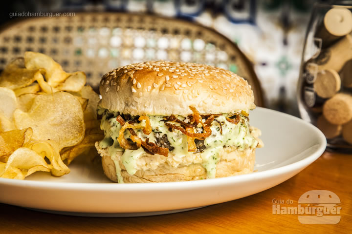 Hambúrguer de kafta, homus, cebola caramelizada e maionese temperada no pão de gergelim. Acompanha batata chips – R$ 40 - Randa Especialidades Árabes