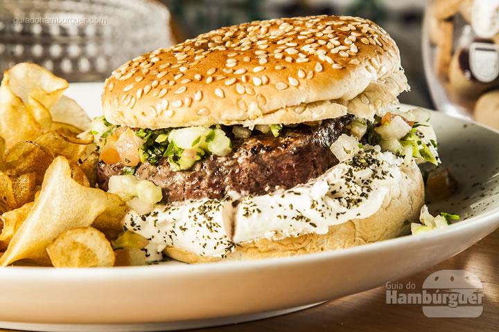 Hambúrguer de cordeiro, coalhada temperada com hortelã seca e salada Fatuche no pão de mandioquinha. Acompanha batata chips – R$ 46 - Randa Especialidades Árabes