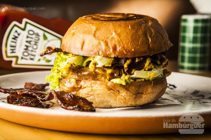 Burger 160g, Pão de burger chapeado, Cheddar Inglês Joseph Heller, Bacon assado com açúcar mascavo, mix de folhas e molho de mostarda em grãos feita pelo nosso chef – R$ 34 - Roast Food Fun