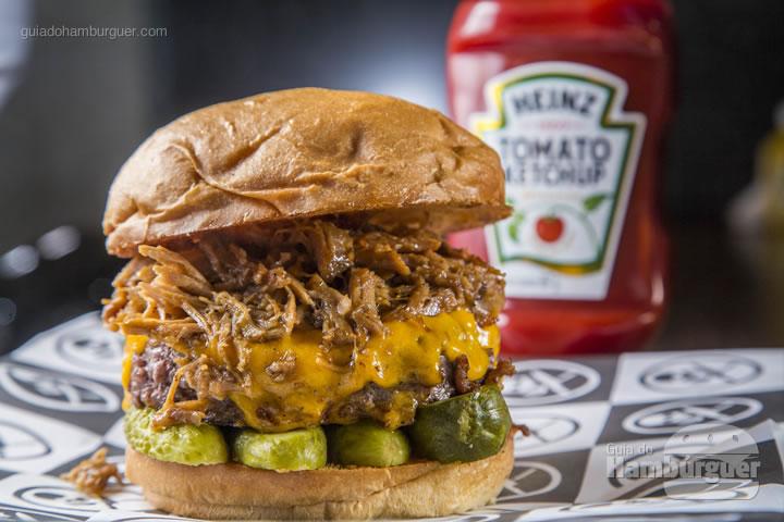 Burger de 160g, costela desfiada com molho BBQ, queijo cheddar e picles de pepino - R$ 32,90 - Rock'n'Roll Burger