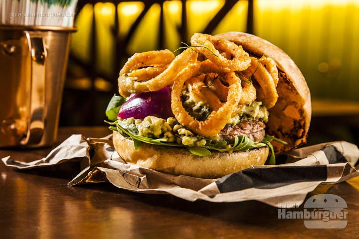 hambúrguer de porco, avocado, pickles de cebola roxa & lula no pão de batata doce - R$ 35 - Sandoui
