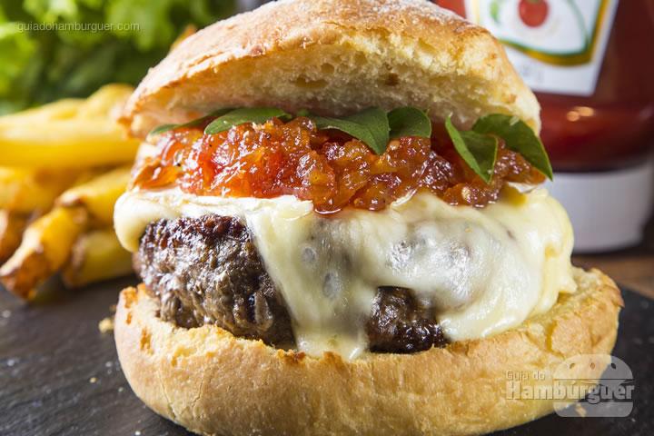 Hambúrguer 180g, queijo brie derretido, geleia de tomate da casa, pequenas folhas de manjericão, pão de brioche com farinha de sarraceno. Batata palito assada no azeite e um buquê de folhas verdes acompanham o lanche - R$ 38 - Sarrasin Bistrô