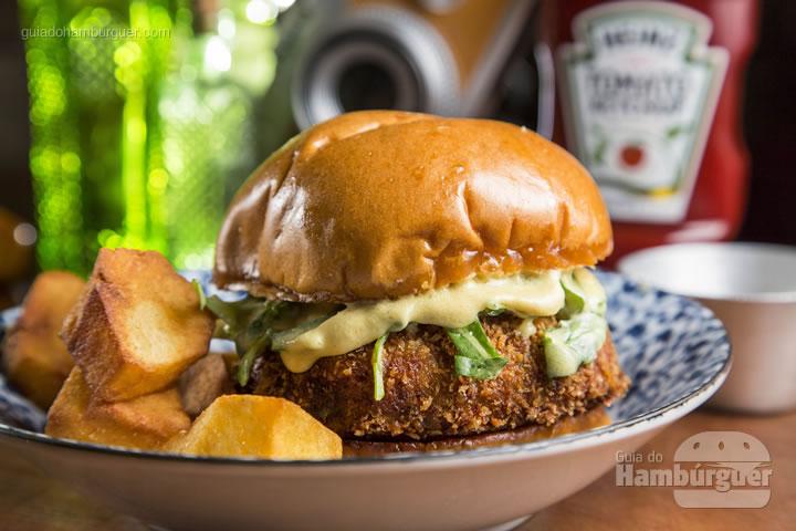 Inacreditável burger de bitterballen (croquete holandês) com rúcula, molhinho de mostarda dijon no brioche tostadinho e batatas bravas – R$ 32 - Sóshot's & Gin Club